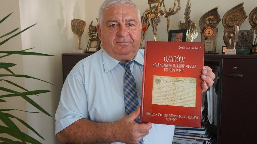 Książka na 450-lecie praw miejskich Ożarowa
