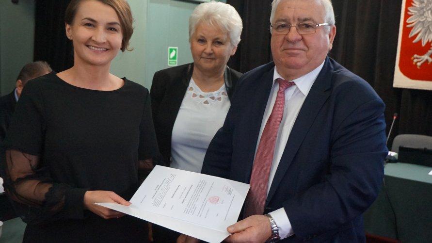 Agnieszka Kaczmarska z aktem od burmistrza Kliknięcie w obrazek spowoduje wyświetlenie jego powiększenia