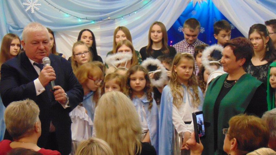 """""""Międzypokoleniowy Koncert Bożonarodzeniowy"""" w PSP w Pisarach"""