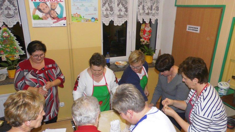 """Uczestnicy """"Popołudniowych zajęć aktywizujących"""" w Lasocinie przygotowywali potrawy wigilijne"""