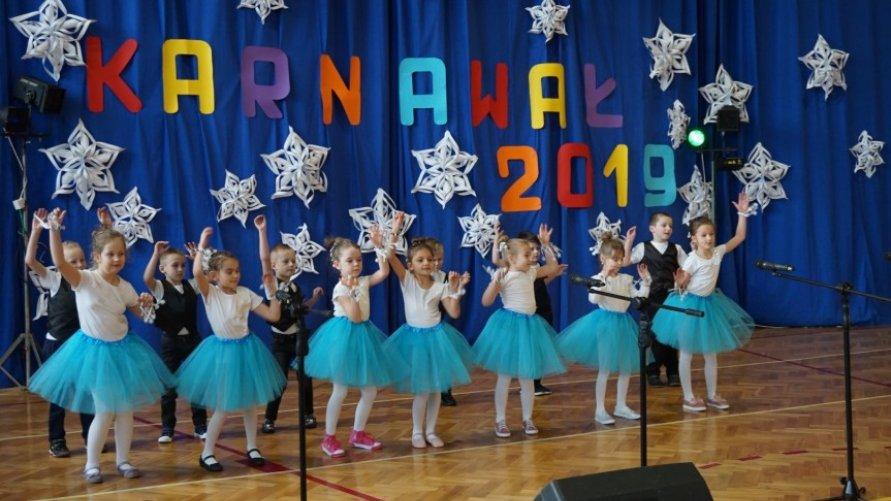 Przedszkolaki i uczniowie z koncertem noworocznym